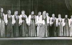 pod-oknom-cheremuha-kolyshetsja-solistka-zasl.art.rf-a.petrova
