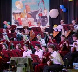 Наковальня, чугунки, наждачная бумага и другие необычные инструменты Русского оркестра в завершении концертного сезона