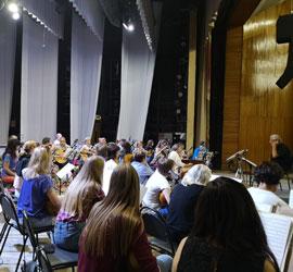 В Концертном зале им.М.В.Лаврова снова «запели» домры. Артисты Уральского государственного русского оркестра вышли из отпуска